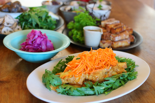 厚揚げと春菊のピーナッツサラダ